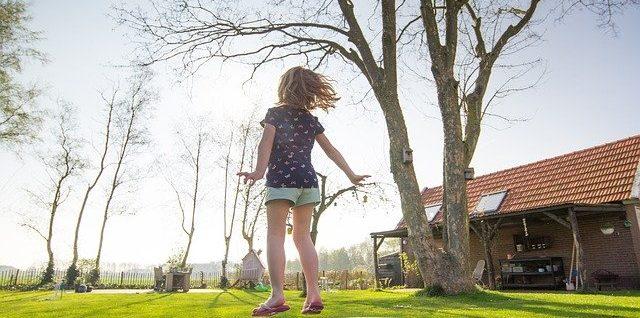 enfant sur un trampoline