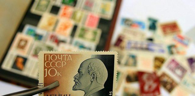 un collectionneur avec un timbre